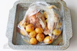 Голень индейки с картошкой в рукаве: фото к шагу 7.