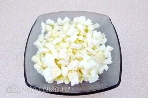 Пикантный крабовый салат со свеклой: фото к шагу 2.