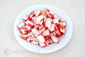 Пикантный крабовый салат со свеклой: фото к шагу 3.
