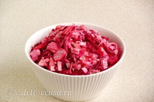 Пикантный крабовый салат со свеклой: фото к шагу 8.