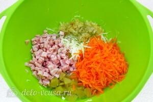 Витаминный салат с ветчиной: фото к шагу 8.