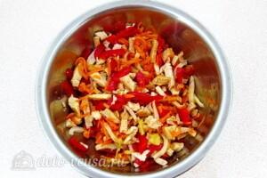 Салат из кальмаров с курицей и овощами: фото к шагу 13.