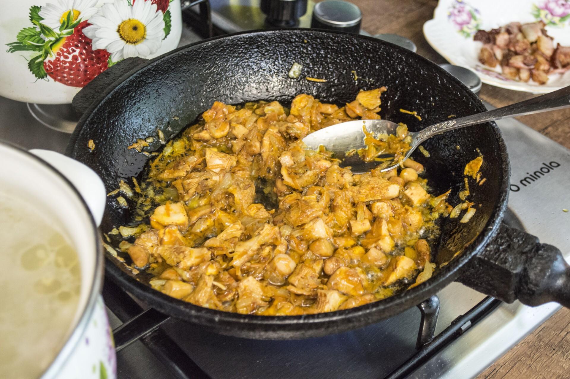 Сырный суп с лисичками и курицей: фото к шагу 4.