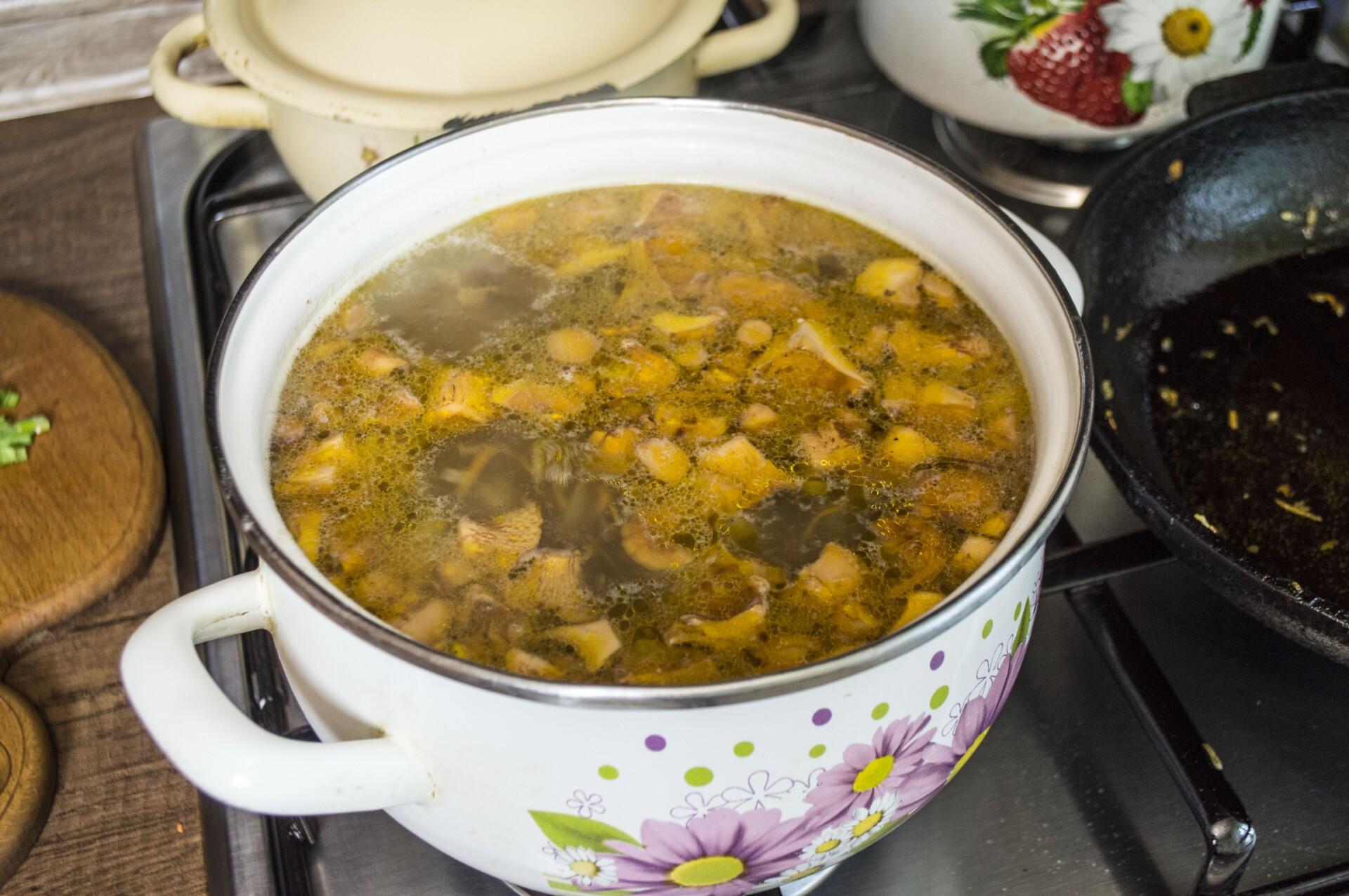 Сырный суп с лисичками и курицей: фото к шагу 5.