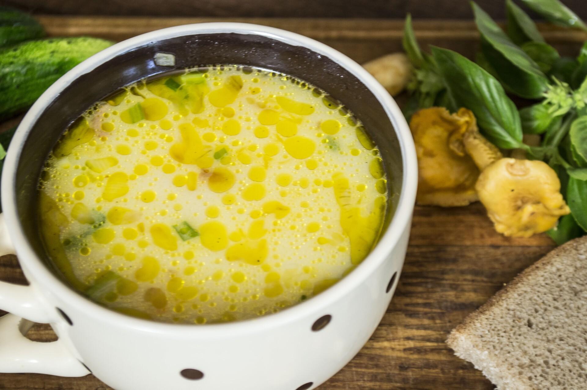 Сырный суп с лисичками и курицей: фото к шагу 7.