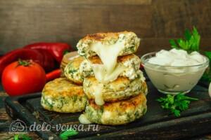 Сырники с сыром и зеленью: фото к шагу 10.