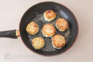 Сырники с сыром и зеленью: фото к шагу 9.