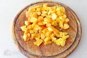 Творожная запеканка с персиками: фото к шагу 6.