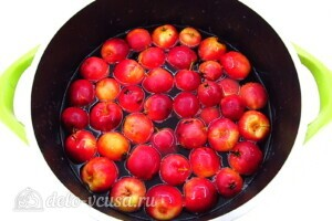 Варенье из райских яблок с хвостиками: фото к шагу 4.