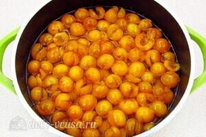 Варенье из жёлтой алычи с яблоками: фото к шагу 4.