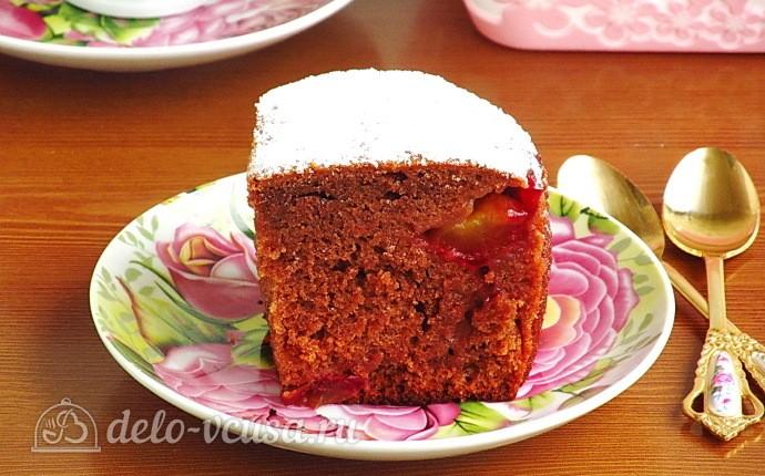 Медово-шоколадный пирог со сливами
