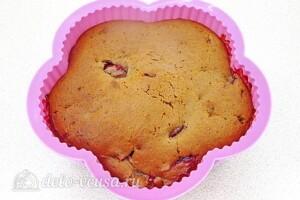 Медово-шоколадный пирог со сливами: фото к шагу 13.