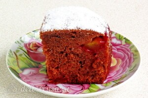 Медово-шоколадный пирог со сливами: фото к шагу 14.