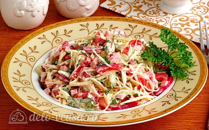 Овощной салат с колбасой