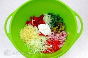 Овощной салат с колбасой: фото к шагу 7.