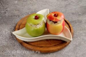 Печеные яблоки с рисом и клюквой: фото к шагу 7.