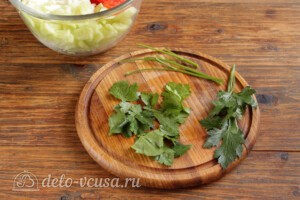 Салат из пекинской капусты с огурцами и помидорами: фото к шагу 4.