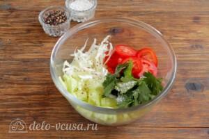 Салат из пекинской капусты с огурцами и помидорами: фото к шагу 5.