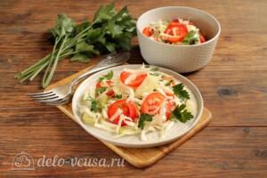 Салат из пекинской капусты с огурцами и помидорами: фото к шагу 7.