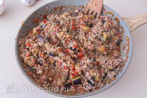 Гречка с баклажанами и овощами: фото к шагу 10.