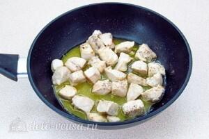 Суп с лисичками и курицей: фото к шагу 2.