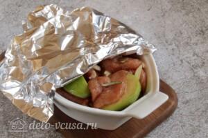 Свинина с яблоками в духовке: фото к шагу 6.