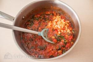 Томатный соус с базиликом на зиму: фото к шагу 8.