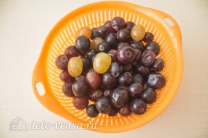 Пряное варенье из винограда с корицей: фото к шагу 1.