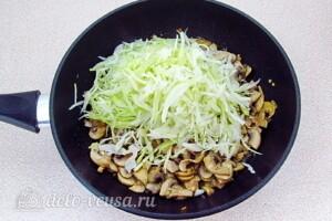 Заливной пирог с курицей, грибами и капустой: фото к шагу 14.