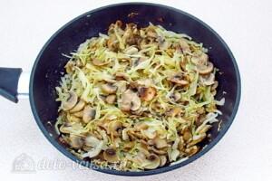 Заливной пирог с курицей, грибами и капустой: фото к шагу 15.