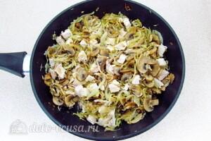 Заливной пирог с курицей, грибами и капустой: фото к шагу 17.