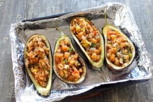Баклажаны, фаршированные грибами и овощами: фото к шагу 10.