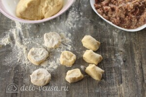 Сочные беляши с мясом на кефире: фото к шагу 6.