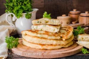 Лепешки с творогом и зеленью на сковороде: фото к шагу 15.