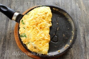 Мега-сырный омлет на молоке: фото к шагу 9.