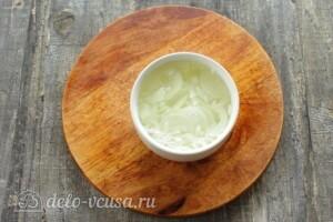 Крабовый салат с кальмарами: фото к шагу 4.