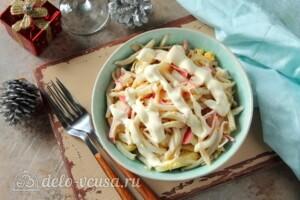 Крабовый салат с кальмарами: фото к шагу 9.