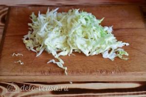 Салат с курицей, капустой и сыром: фото к шагу 3.