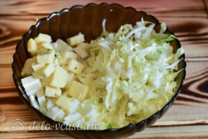 Салат с курицей, капустой и сыром: фото к шагу 5.