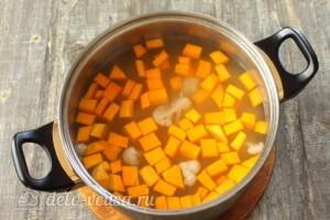 Тыквенный суп с курицей и сыром: фото к шагу 8.