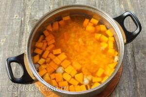 Тыквенный суп с курицей и сыром: фото к шагу 9.