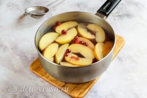 Компот из яблок и клюквы: фото к шагу 6.
