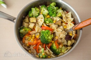 Паста-салат с овощами и сыром фета: фото к шагу 6.