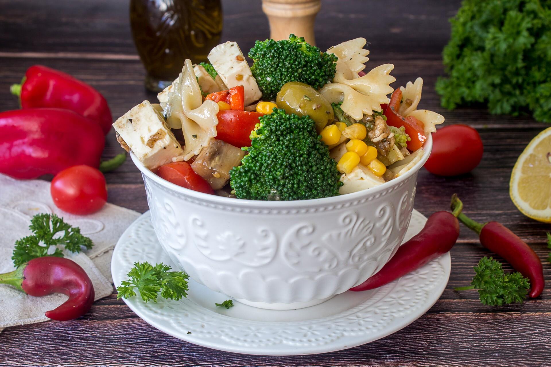 Паста-салат с овощами и сыром фета
