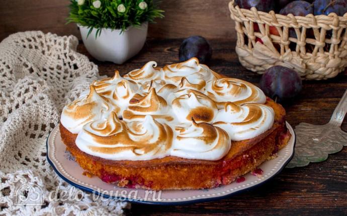 Пирог со сливами и меренгой