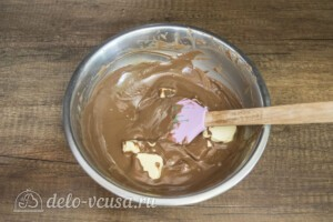 Шоколадно-карамельный торт с бананом: фото к шагу 10.