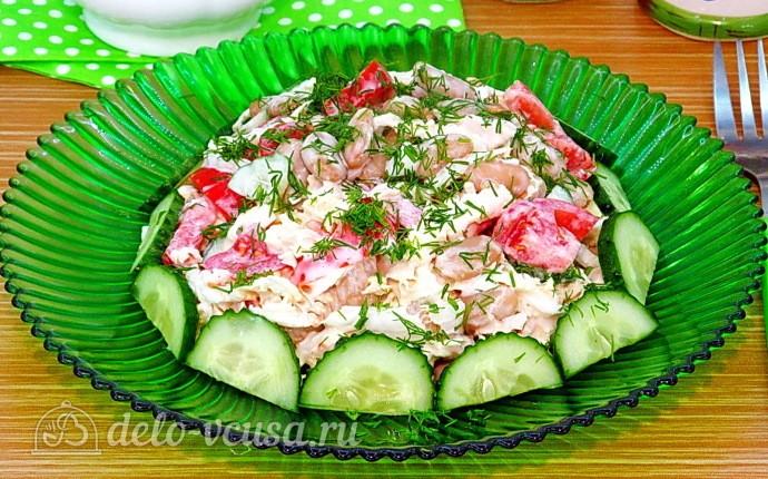 Салат с курицей, овощами и фасолью