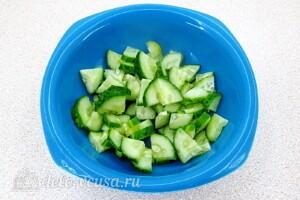 Салат с курицей, овощами и фасолью: фото к шагу 6.