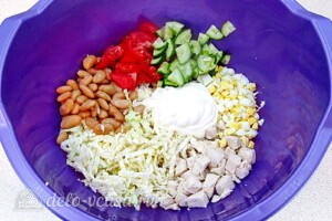Салат с курицей, овощами и фасолью: фото к шагу 7.