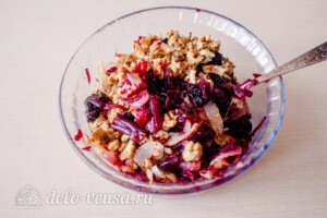 Салат из свёклы с черносливом и орехами: фото к шагу 8.